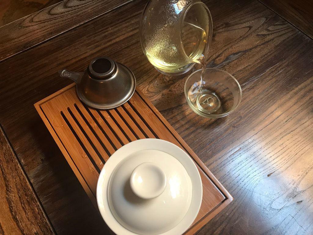 Servimos el té a los vasos