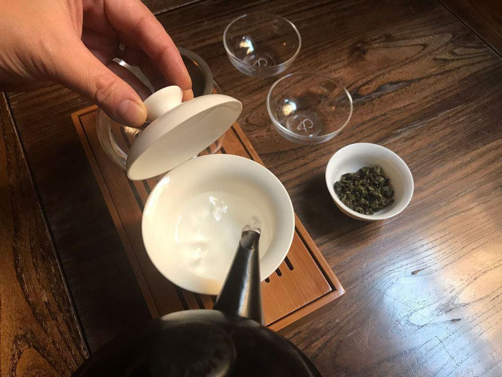 añadir agua dentro del gaiwan para precalentar el material